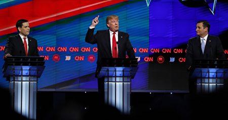 美国共和党的三位参选人(由左至右)卢比奥 (Marco Rubio)、川普(Donald Trump)和克鲁兹(Ted Cruz)3月10日在CNN主办的共和党总统竞选辩论会上。(RHONA WISE/AFP/Getty Images)