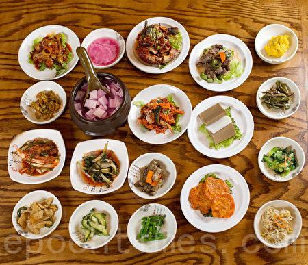 点餐即可赠送的15种丰盛小菜。(张学慧/大纪元)