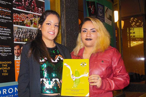音乐家Katia Guerrero(右)和图像设计师Veatriz Guerrero姊妹慕名前来观赏神韵(李辰/大纪元)