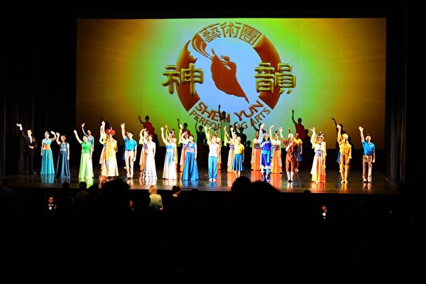 3月12日下午,神韵世界艺术团在澳大利亚悉尼Lyric剧院的第5场演出爆满并加座,观众热捧神韵,感佩神韵艺术无以伦比。(简玬/大纪元)