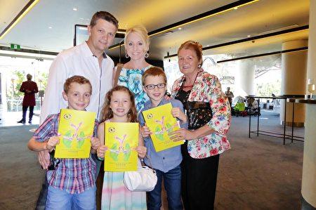 2016年3月12日下午,表演艺术学校老板Kevin Houlihan、他的母亲(右)、他任学校艺术舞蹈教室的太太Jane Houlihan,以及三个孩子在澳大利亚悉尼Lyric剧院观看了神韵世界艺术团的精彩演出。(史迪/大纪元)
