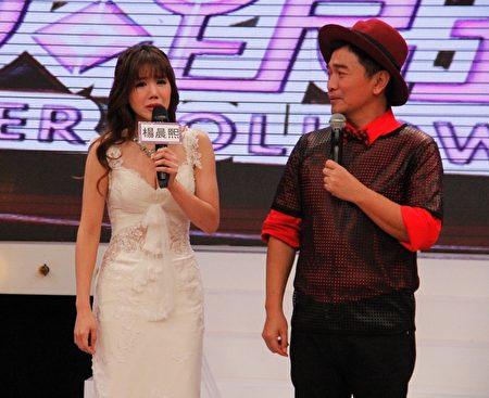 杨晨熙(左)哽咽感谢爸爸。(中天提供)