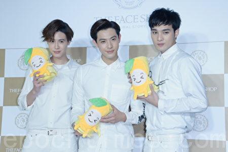 SpeXial团员晨翔、伟晋、Teddy于2016年3月12日在台北某形象旗舰店开幕一日明星店长活动。图左起为Teddy、晨翔、伟晋。(黄宗茂/大纪元)