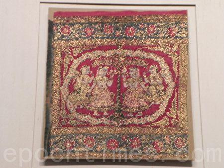 """在""""绚丽多姿—院藏南亚服饰特展""""中展出的《红地牧牛女纹绘染挂饰》,是印度18-19世纪的作品。(蔡上海/大纪元)"""