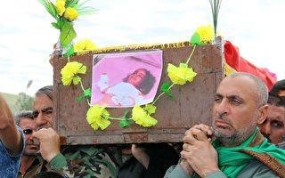 伊斯蘭國組織(ISIS)在巴格達北部基爾庫克(Kirkuk)南方小鎮塔扎(Taza)發動二次化學武器攻擊,造成1名3歲女童死亡及約600人受傷,數百人逃離家園。圖為3歲女娃法蒂瑪(Fatima)的葬禮,父親衛斯(Sameer Wais)(右)擡著她的棺材。(MARWAN IBRAHIM/AFP/Getty Images)