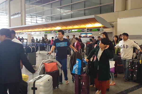 洛杉磯國際機場內每天有大量華人出 入。圖為等待辦理登機手續的華人乘客。(曾錚/ 大紀元)