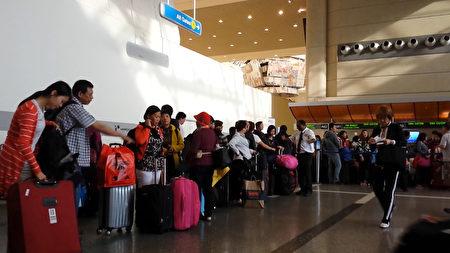 洛杉矶国际机场内每天有大量华人出入。图为等待办理登机手续的华人乘客。(曾铮/大纪元)
