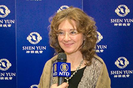 Dagmar Schneider观看了3月12日晚法兰克福的神韵演出。(新唐人电视)<br />