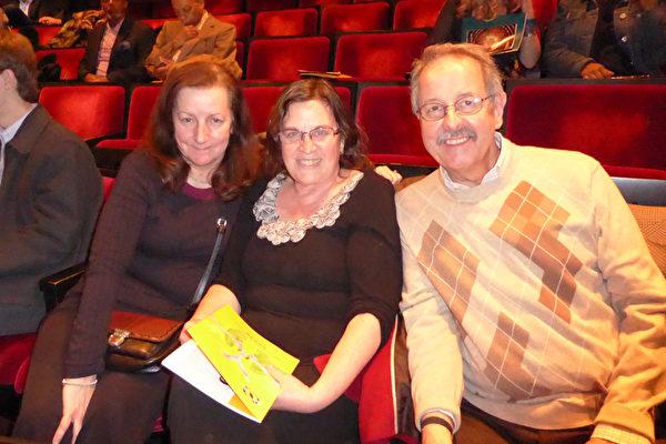 3月12日晚,神韵纽约艺术团在纽约林肯中心大卫寇克剧院进行了第11场精彩演出。CNBC电台早间每日经济新闻主播Chuck Camlic(右一)与太太、作家Sharon Camlic(左二),应从事保险业的友人Karen女士(左一)的邀请,共同观看了神韵演出。(良克霖/大纪元)