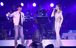 """A-Lin3月12日第二次到香港红馆开唱,和古巨基合唱《爱与诚》,粉丝乐喊:""""基哥""""对""""姬哥""""。(索尼音乐提供)"""