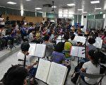 爽文国中80人国乐团在比赛前进行团练。(爽文国中提供)