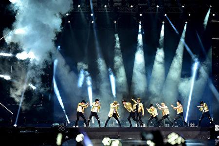 """韩国男团EXO在马来西亚吉隆坡举行""""EXO PLANET #2 The EXO'LuXion""""演唱会。(图/星艺娱乐提供)"""