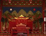 """当""""韩流""""来袭风靡亚洲,观众也通过韩语影视剧,领略到其中的中国元素,比如汉字、建筑、服饰、礼仪等等。图为朝鲜时代景福宫勤政殿内王座。(公共领域)"""