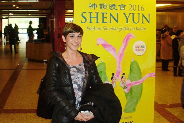 德国女作家Elisa Gelsomino于2016年3月13日中午观看了神韵国际艺术团在德国法兰克福世纪大厅的演出。 (Peter Sanftmann/大纪元)