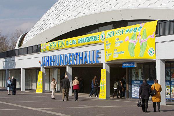 今年德国法兰克福城西的世纪剧院迎来三场神韵演出。(Matthias Kehrein/大纪元)