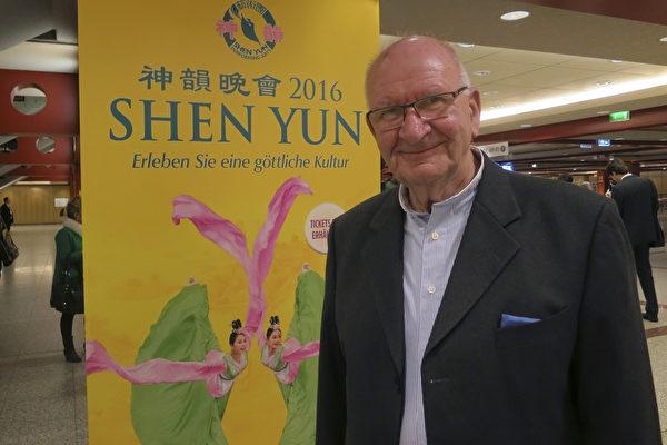 美国神韵国际艺术团2016年3月13日在法兰克福举行了最后一场演出,退休经理人Erwin Losch先生观看了演出。(余平/大纪元)