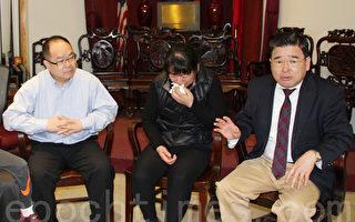 秦燕芳(中)带着一双儿子12日到联成公所,哭诉对未来生活的忧虑。法拉盛市议员顾雅明(右一)希望社区善心人士能够提供一些帮助。(蔡溶/大纪元)