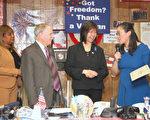 安心(右一)获奖后发表感言,左起分别为:州众议员哈里斯、寇顿,民主党地区领袖唐凤巧。(钟鸣/大纪元)