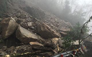 受大雨影响,中横公路台8线137.3公里慈恩附近14日清晨发生落石坍塌,造成道路双向不通;目前大小石块仍持续不断,工程机具已待命,希望中午能抢通。(洛韶工务段提供)