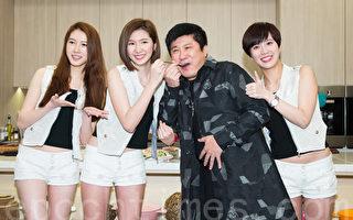 女團喬紫喬3月14日在台北發行首張EP「改潮換代」,藝人胡瓜(右2)站台支持。(陳柏州/大紀元)