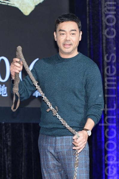 刘青云执2米长鞭,他表示练习时常打到自己。(宋祥龙/大纪元)