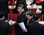 2016年3月3日,中共政协开幕会议后,王岐山从后面追上习近平并与其密语。 (Lintao Zhang/Getty Images)