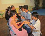 鱼池国中制茶班学生奉上亲手制作的红茶,感谢产官学合作帮助他们圆制茶师的梦想,翻转人生。(鱼池国中提供)