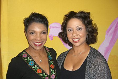 公司总裁Kelli Thomas-Drake女士(右)和达拉斯郡地方法院法官Dominique Collins女士表示对神韵演出赞赏有加。(李奇/大纪元)