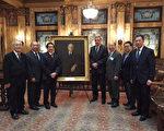 左起:蕭貴源、伍元天、譚國禎、小莫菲、于金山、鄧享利、鄧遐勳參加追思莫菲(Francis T. Murphy)大法官的紀念會。(中華總商會提供)