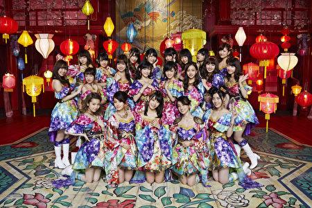 庆祝AKB48十周年最新单曲《你就是旋律》,更邀来家族成员共同助阵。(华纳提供)
