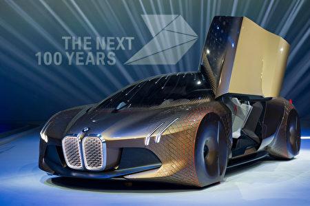 宝马献给100周年的作品是一辆Vision Next 100 Concept金色高端概念车,这款车支持自动驾驶模式。(Lennart Preiss/Getty Images)