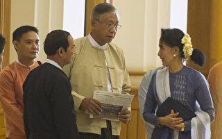 2016年3月15日,缅甸国会议员选出翁山苏姬亲信和长期友人吴廷觉(又译:碇桥)为缅甸50年多来第一位文人总统。图为3月11日,缅甸下议院议长温敏(左二),碇桥(右二)和缅甸亲民主派领袖昂山素季(R)到达在内比都的下议院。(YE AUNG THU/AFP/Getty Images)