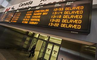 受竞争压力,美国航空公司已开始将燃油成本节省回馈消费者,但加拿大缺乏竞争,能在多大程度上跟进尚难料。(加通社)y season, in Toronto Friday December 20, 2013. THE CANADIAN PRESS/Mark Blinch