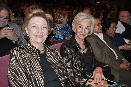 沃斯堡歌劇院董事Rita O'Farrell女士(右)和退休公司經理Lois Tilley女士同聲讚歎神韻演出精彩非凡。(樂原/大紀元)