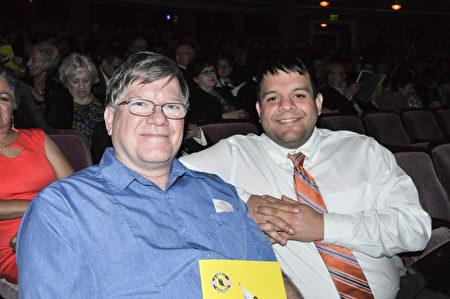 教會牧師William Weeks(右)和電腦工程師Wes Weeks表示對神韻肩負的恢復傳統和文化的使命感到欽佩。(樂原/大紀元)