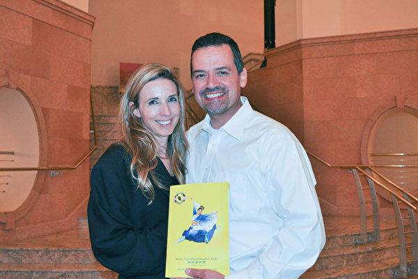 Irving独立学区主管Michael Rosenberger先生和Denise Hayslip女士赞扬神韵演出美不胜收。(乐原/大纪元)