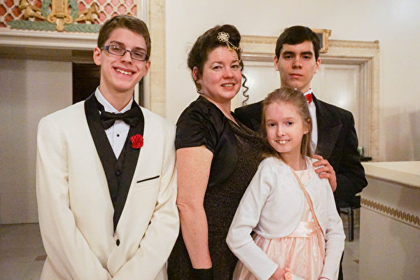Jordan一家人五口3月15日晚在美国芝加哥歌剧院(Civic Opera House)观看了神韵纽约艺术团的演出。(Valerie Avore/大纪元)
