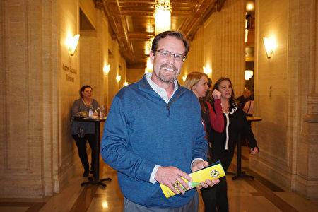 医疗器械公司HemaSource部门总监Joe Blazer于3月15日晚在芝加哥歌剧院观看了神韵纽约艺术团的演出。(Valerie Avore/大纪元)