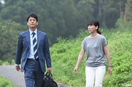 """唐泽寿明(左)下乡拍戏面临""""虫虫危机"""",右为剧中同事麻生久美子。(纬来日本台提供)"""