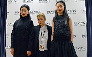 香港设计师Grace Lam(中),与身着其时装的两名模特合影。(邱晨/大纪元)