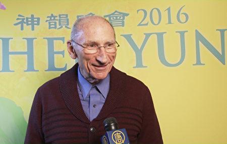 芝加哥金融区扶轮社主席John Schwandke于3月15日晚在芝加哥歌剧院观看了神韵纽约艺术团的演出。(新唐人电视台截图)