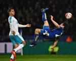 依靠日本球星岡崎慎司的倒掛金鉤破門,萊斯特在主場1-0小勝紐卡斯爾 。(Laurence Griffiths/Getty Images)