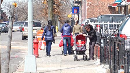 日落公园47街上,其他推着孩子的母亲们。(韩瑞/大纪元)