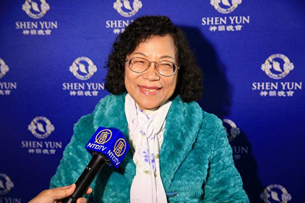 神韵世界艺术团3月17日下午于新北市首场演出,作家陈碧玲观看演出。(白川/大纪元)