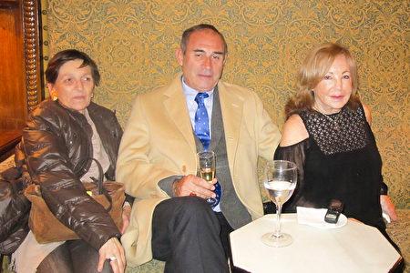 Marita Guerín女士(右)和朋友们观看了3月17日巴塞罗那的神韵演出。(麦蕾/大纪元)<br />