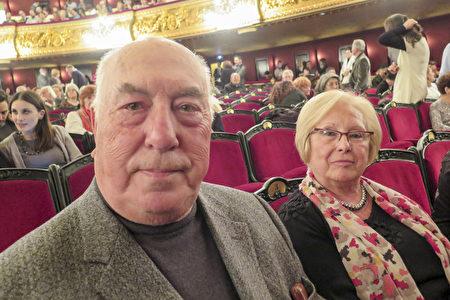 银行家Cesar Garcia先生和夫人Maite Fernandez3月17日带领全家第二次来巴塞罗那里西奥大剧院观看神韵。(文华/大纪元)