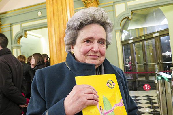 服装设计师Emilia Garces观看了3月17日西班牙巴塞罗那的神韵演出后,感动得热泪直流。(文华/大纪元)