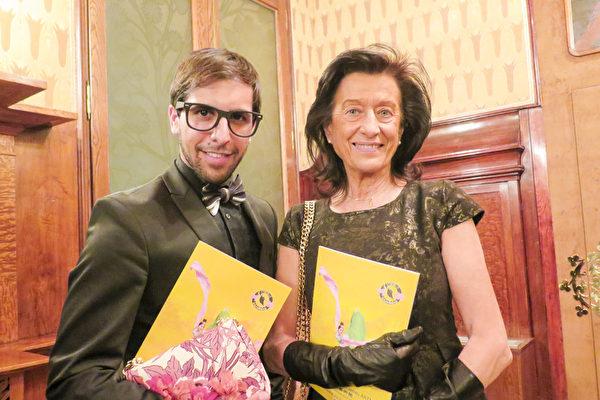 在豪华奢侈品行业享有盛名的Abel Hernandez先生,与Maria Teresa Ruiz de Ojeda女士被神韵之美深深震撼。(文华/大纪元)