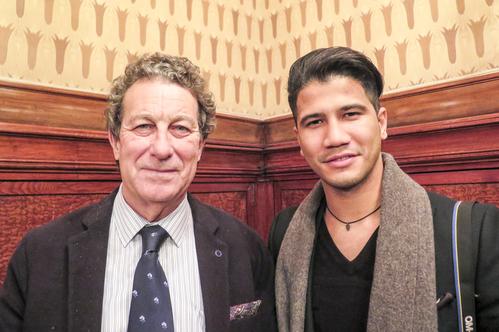 西班牙著名经济学家Javier Biosca(左)和酒店经理Will Santana于2016年3月17日晚观看神韵后,感受到神迹正在人间展现。(文华/大纪元)