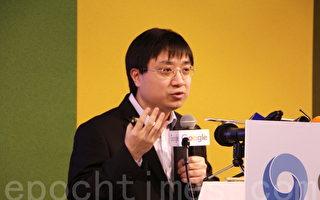 黄士杰解说机器学习如何让AlphaGo自我学习。(陈懿胜/大纪元)